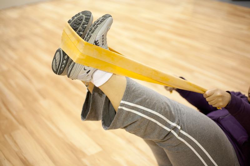 Los ejercicios de banda de resistencia son de bajo impacto y fortalecen el núcleo y las extremidades.