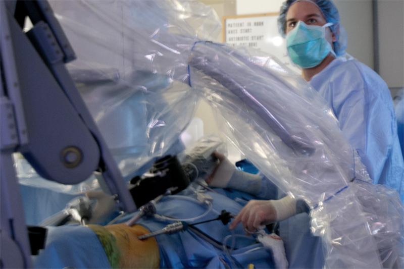 El Dr. Belsley ha estado trabajando en el Programa de Robótica del Hospital St. Luke's - Roosevelt en una variedad de capacidades desde su creación hace 10 años. Él normalmente reserva la cirugía robótica únicamente para los procedimientos que muestran el mayor beneficio hipotético con la aplicación de este sistema. La mayoría de las hernias y los procedimientos de cirugía bariátrica pueden ser realizados con laparoscopia estándar.
