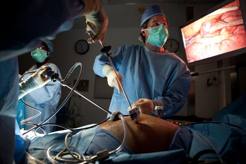 Las técnicas laparoscópicas están ahora disponibles para la mayoría de las operaciones abdominales en el contexto adecuado. Incluso las conexiones de intestino pueden ser cosidas a mano con la cirugía laparoscópica.