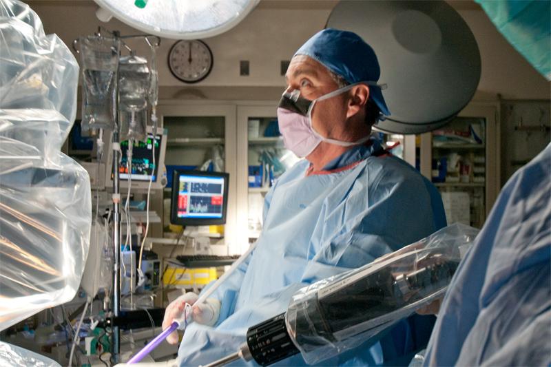 El Dr. Connery es reconocido por su habilidad en el tratamiento de pacientes con cáncer de pulmón y esófago, así como tumores mediastinales, los timomas y los pacientes con miastenia gravis. Es experto en procedimientos mínimamente invasivos, video-asistidos y robóticos, así como en las complejas resecciones y reconstrucciones torácicas. Es así mismo un experto en el tratamiento de la hiperhidrosis y las indicaciones de la simpatectomía.