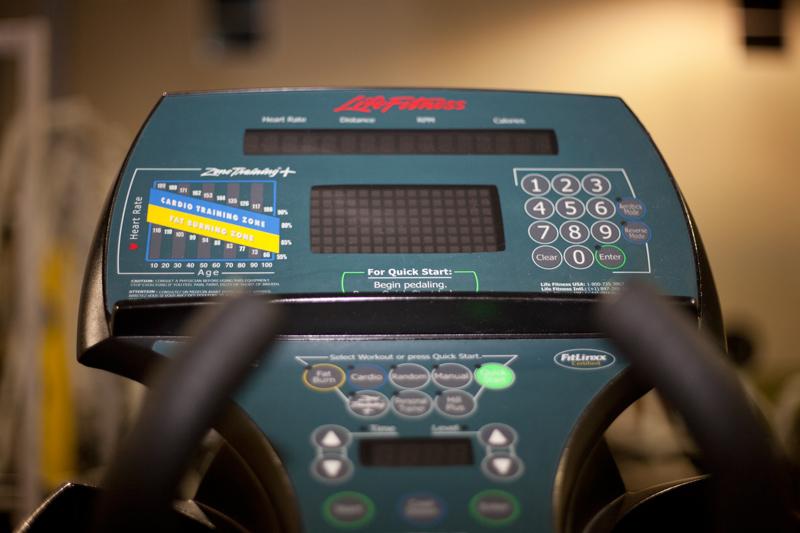 Las máquinas de ejercicio a menudo proporcionan información útil para que pueda hacer un seguimiento de su tiempo de entrenamiento y su intensidad. Aprenda a no perder de vista no sólo el tiempo que usted dedica, sino también la distancia y el ritmo cardíaco. Tenga cuidado con los recuentos de calorías que se generan en la máquina como las calorías quemadas, no se corresponde necesariamente con las calorías que usted toma con una comida en particular. Si bien estos cálculos suelen sobreestimar la cantidad de actividad que realiza, si puede utilizarla como una guía general y comparar una sesión de entrenamiento con otra en la misma máquina