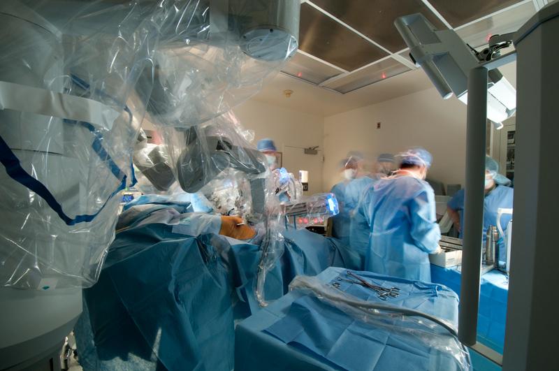 El robot no está realizando ninguna parte del procedimiento de forma independiente. La robótica implica la participación de enfermeras y cirujanos especializados . Varios cirujanos suelen participar en los procedimientos. Este enfoque de equipo permite la especialización compartida durante determinadas partes de las operaciones, así como garantizar la máxima seguridad en la intervención..